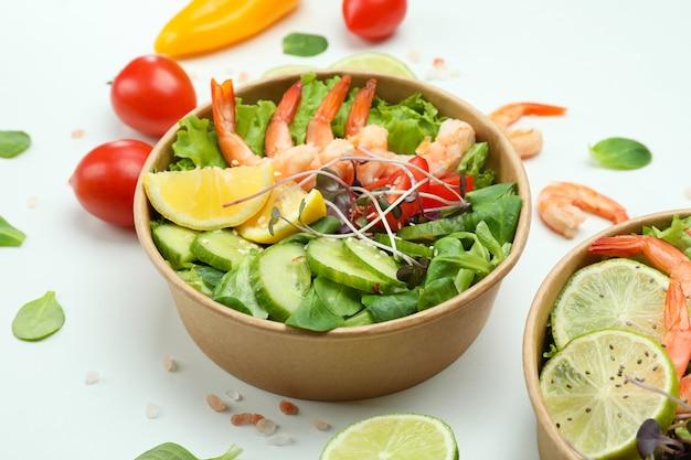 Concept de manger savoureux avec des salades de crevettes sur fond blanc