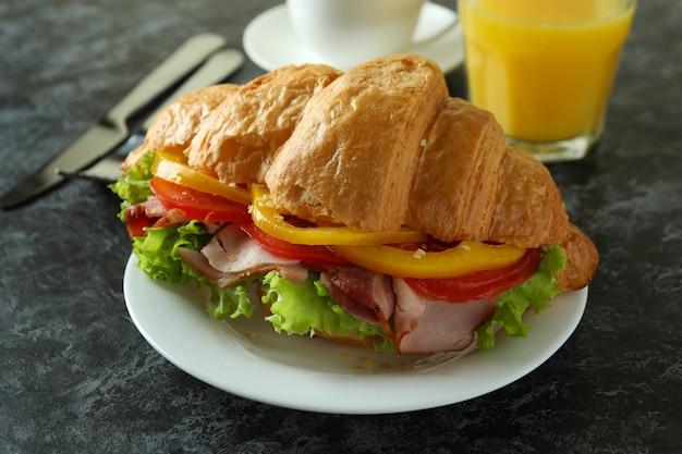 Concept de manger savoureux avec sandwich au croissant, gros plan