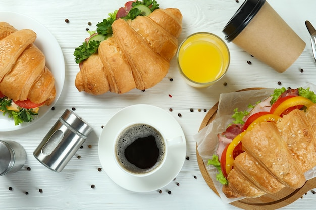 Concept de manger savoureux avec sandwich au croissant, vue du dessus