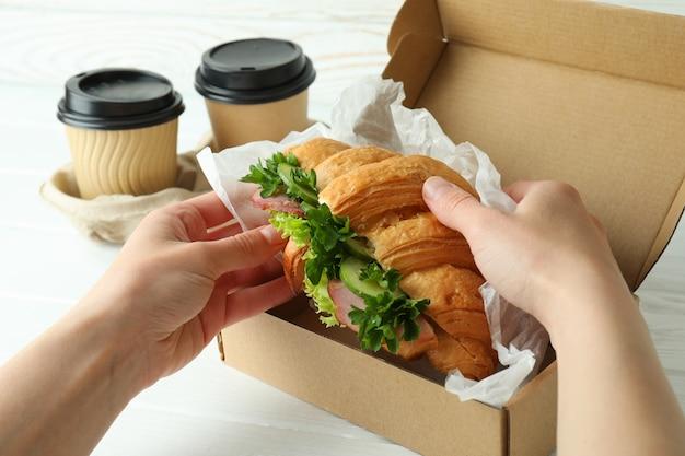 Concept de manger savoureux avec sandwich croissant, gros plan