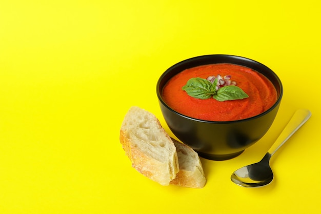 Concept de manger savoureux avec soupe gaspacho sur fond jaune