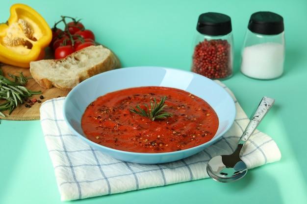 Concept de manger savoureux avec soupe gaspacho sur fond de menthe