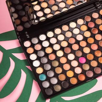 Concept de maquillage moderne pour les yeux lumineux - une variété d'ombres