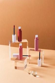 Concept de maquillage avec des rouges à lèvres à angle élevé