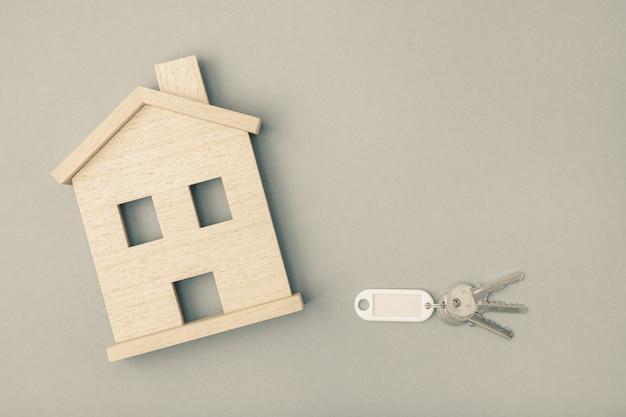 Concept de marché immobilier. icône de la maison avec des clés. maquette. copiez l'espace. vue de dessus