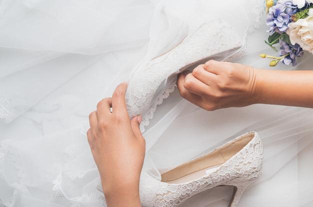 Concept de mariage, chaussures de mariée et fleurs