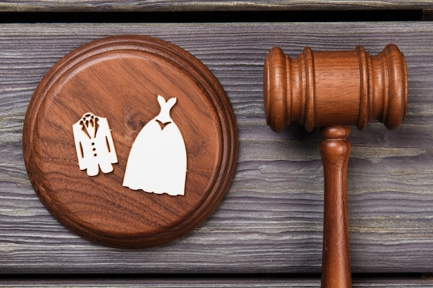Concept de mariage et de droit. marteau en bois à plat poser à plat.