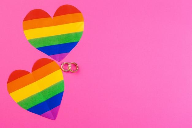 Concept de mariage gay avec drapeau arc-en-ciel et bagues