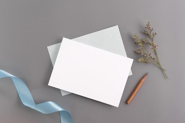 Un concept de mariage invitation maquette. vue de dessus, plat poser avec l'espace de copie