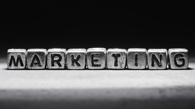 Concept de marketing. inscription 3d sur des cubes métalliques dans un style grunge sur fond noir gris isolé