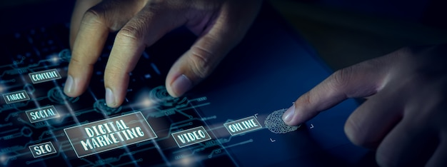 Concept de marketing numérique, homme d'affaires, appuyez sur le clavier de l'ordinateur et affichez la technologie d'écran.