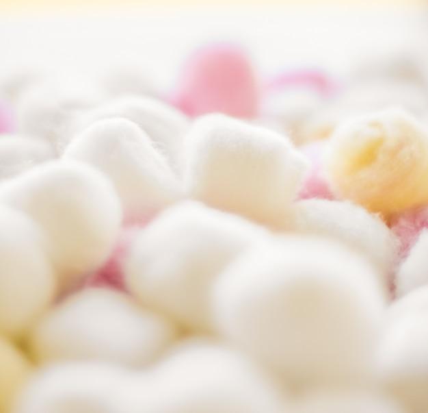 Concept de marque de cosmétologie et de propreté fond de boules de coton biologique pour l'hygiène des cosmétiques de spa de routine du matin et produit de marque de beauté pour les soins de la peau naturels comme conception de soins de santé et médicale