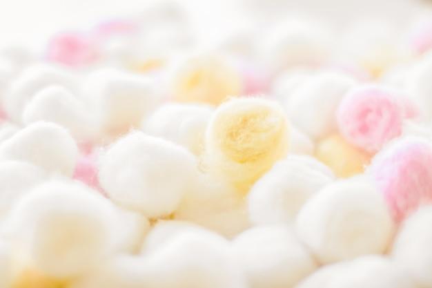 Concept de marque de cosmétologie et de propreté fond de boules de coton biologique pour la routine du matin sp...