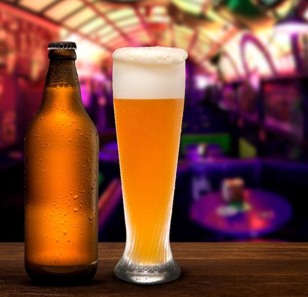Concept de marque et de marketing pour la bière avec une ligne de bouteilles brunes vierges pleines non étiquetées et une tasse de bière sur un fond de pub conceptuel de l'oktoberfest ou de la vie nocturne.