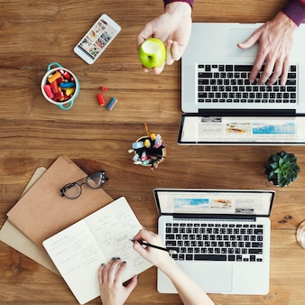 Concept de marque de travail d'équipe de technologie de l'ordinateur portable d'entreprise