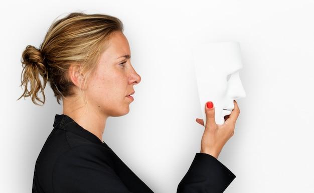 Concept de masque fronçant femme caucasienne