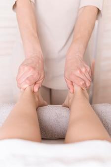 Concept de massage des pieds en gros plan