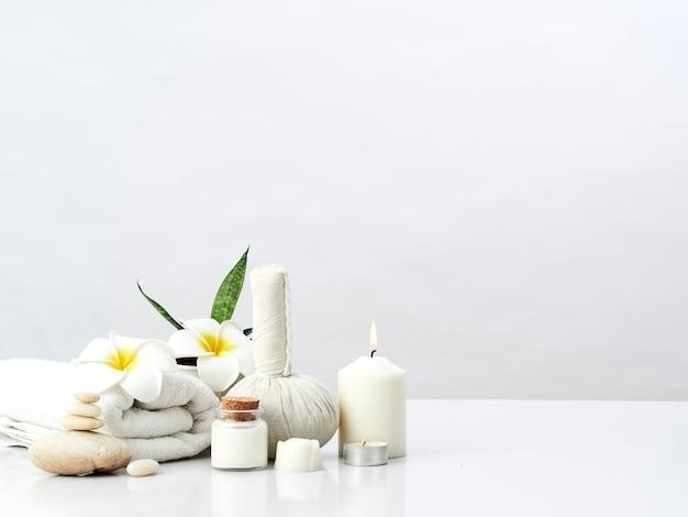 Concept de massage spa, boule de compression aux herbes, crème, savon de fleur, bougie parfumée