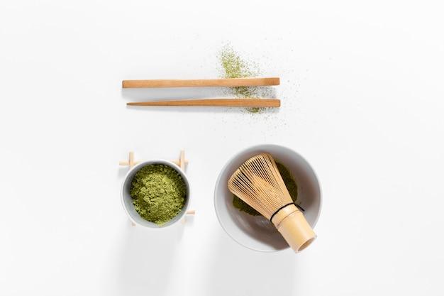 Concept de matcha vue de dessus avec un fouet en bambou