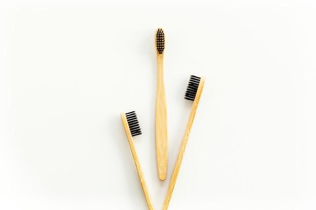 Concept de matériaux eco avec brosse à dents en bambou sur blanc