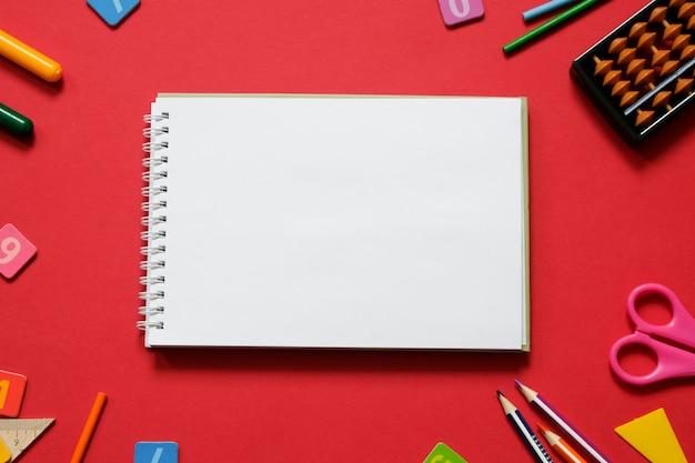 Concept mathématique: stylos et crayons colorés, nombre, bâtons de calcul, copie espace