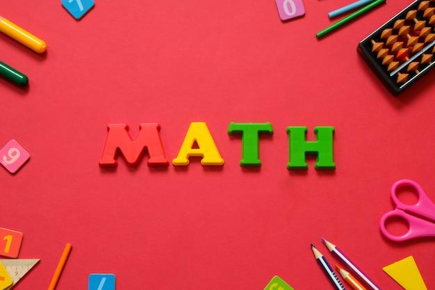 Concept mathématique: stylos et crayons colorés, nombre, calcul de bâtons