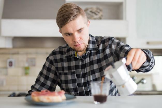 Concept de matin, de nourriture et de personnes - homme versant le café pour le petit déjeuner