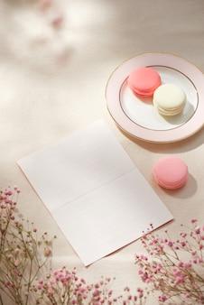 Concept de matin de printemps. mise à plat de fleurs et de cartes sur fond, vue de dessus avec un espace pour votre texte