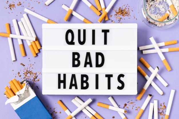 Concept de mauvaise habitude avec paquet de cigarettes
