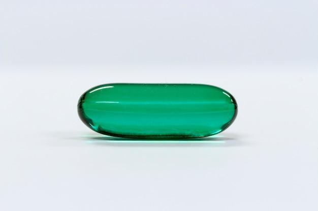 Concept de médecine; capsule verte translucide