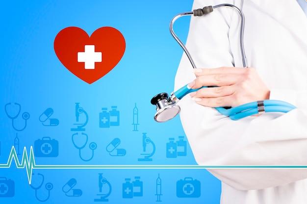 Concept de médecine et de soins de santé docteur avec stéthoscope en gros plan clinique