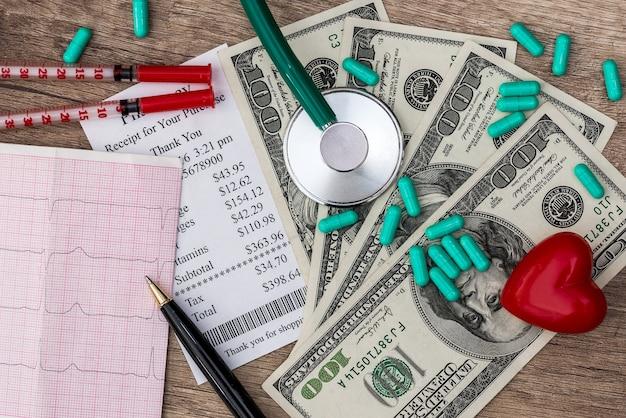 Concept médical - dollar avec cardiogramme rx et stéthoscope