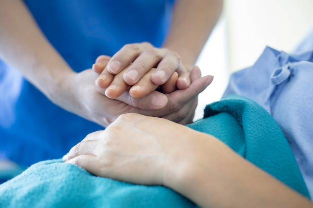 Concept médical: le médecin visite et encourage le patient à l'hôpital.