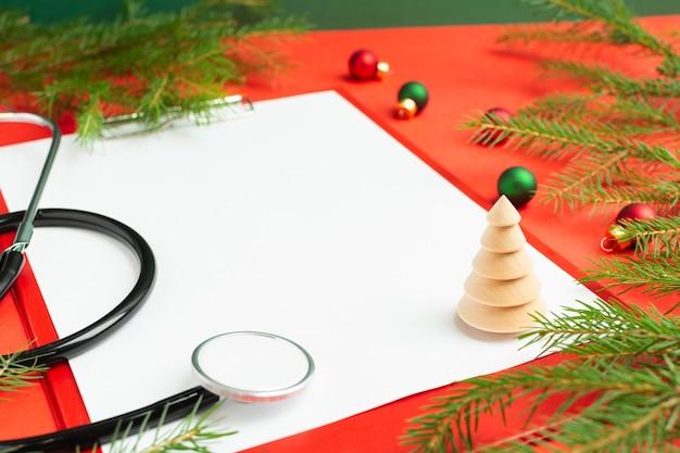 Concept médical de noël avec la décoration de sapin vierge de presse-papiers stéthoscope
