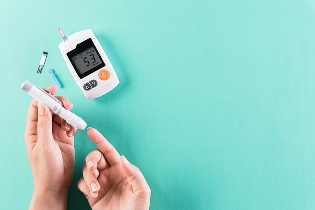 Concept médical et de soins de santé, le diabétique mesure le niveau de glucose dans le sang