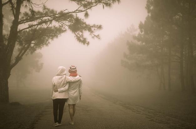 Concept de meilleurs amis avec deux fille marchant et étreignant pour toujours.
