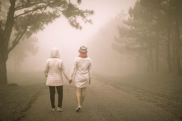 Concept des meilleurs amis avec deux fille marchant main dans la main pour toujours.