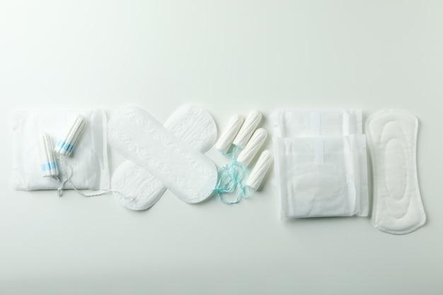 Concept de menstruation sur blanc, vue de dessus