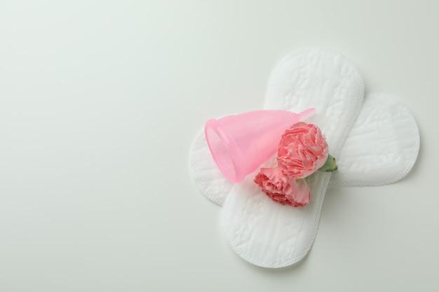 Concept de menstruation sur blanc
