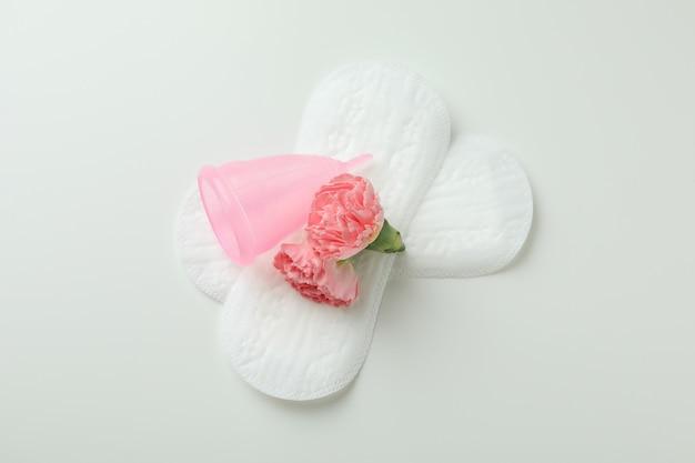 Concept de menstruation sur fond blanc, vue de dessus