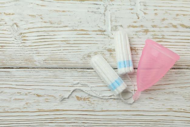 Concept de menstruation sur fond de bois