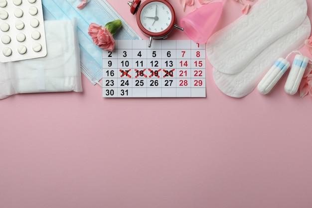 Concept de menstruation sur fond rose