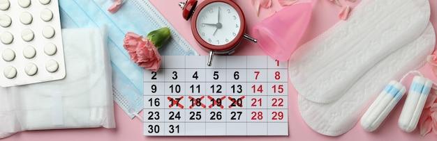Concept de menstruation sur rose, vue de dessus