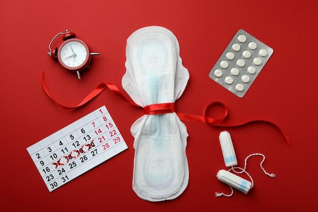 Concept de menstruation sur rouge, vue de dessus