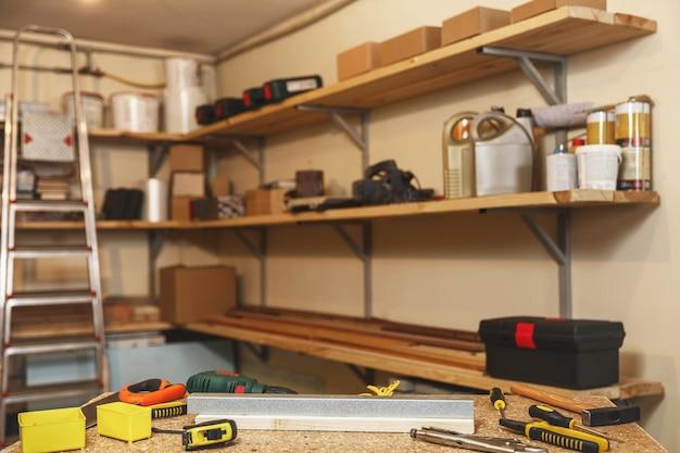 Concept de menuiserie, de menuiserie et d'équipement - outils de travail et établi à l'atelier