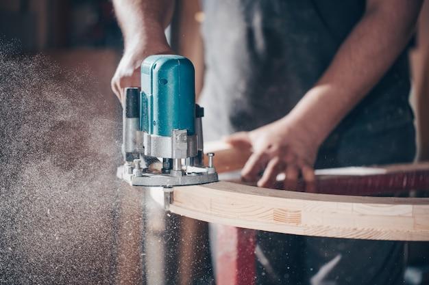Concept de menuiserie, travail du bois et fabrication de meubles, menuisier professionnel coupe du bois en menuiserie, concept industriel