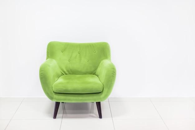 Concept minimal d'intérieur vivant avec fauteuil vert clair