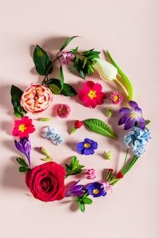 Concept minimal de pâques. forme d'oeuf à partir de fleurs de printemps