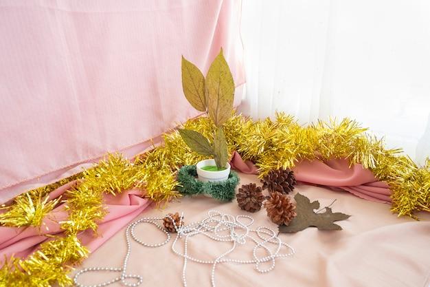 Concept minimaliste de noël et du nouvel an. fond de noël et du nouvel an. feuilles sèches, fleurs de pin