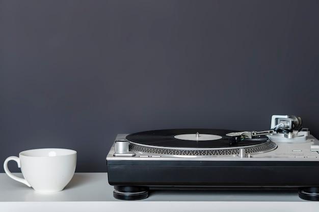 Concept minimaliste vintage avec le plateau tournant sur l'étagère b